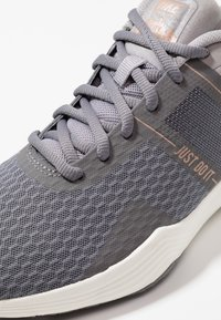 Nike Performance - CITY TRAINER 2 - Sports shoes - gunsmoke/metallic red bronze/atmosphere grey - 5
