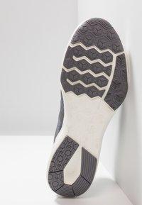 Nike Performance - CITY TRAINER 2 - Sports shoes - gunsmoke/metallic red bronze/atmosphere grey - 4