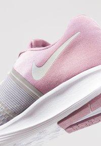 Nike Performance - CITY TRAINER 2 - Sportovní boty - plum dust/barely grey/atmosphere grey - 5