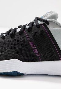 Nike Performance - CITY TRAINER 2 - Sportovní boty - black/white/light smoke grey/hyper violet/valerian blue - 5