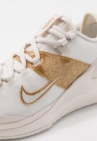 Nike Performance - COURT AIR ZOOM HC - Zapatillas de tenis para todas las superficies - phantom/metallic gold - 5