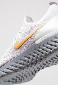 Nike Performance - EPIC REACT FK PRM - Neutrale løbesko - vast grey/metallic gold/metallic platinum/gunsmoke/atmosphere grey - 5