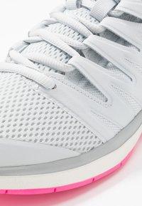 Nike Performance - AIR ZOOM PRESTIGE CPT - Zapatillas de tenis para moqueta sintética - pure platinum/racer blue/metallic platinum/pink blast/phantom - 5