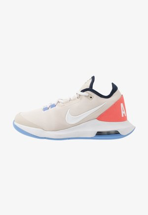 COURT AIR MAX WILDCARD - Multicourt tennis shoes - light orewood brown/white/royal pulse