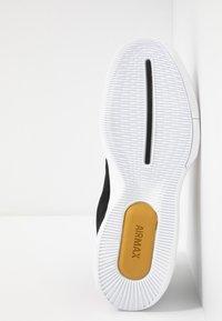 Nike Performance - COURT AIR MAX WILDCARD HC - Zapatillas de tenis para todas las superficies - black/metallic gold/white - 4