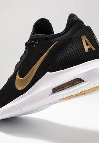 Nike Performance - COURT AIR MAX WILDCARD HC - Zapatillas de tenis para todas las superficies - black/metallic gold/white - 5