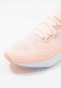 Nike Performance - EPIC REACT FLYKNIT 2 - Hardloopschoenen neutraal - sunset tint/white/orange pulse - 6