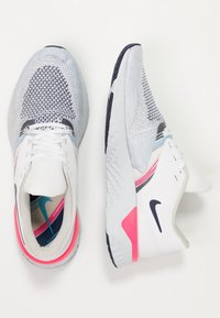 Nike Performance - ODYSSEY REACT - Juoksukenkä/neutraalit - white/blue void/hyper pink - 1
