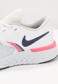Nike Performance - ODYSSEY REACT - Juoksukenkä/neutraalit - white/blue void/hyper pink - 5