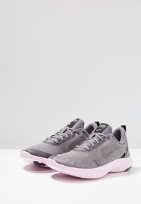 Nike Performance - FLEX EXPERIENCE RN 8 - Minimalistické běžecké boty - atmosphere grey/metallic pewter/gunsmoke/thunder grey/pink foam/black - 2
