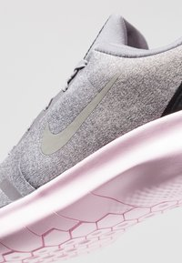 Nike Performance - FLEX EXPERIENCE RN 8 - Minimalistické běžecké boty - atmosphere grey/metallic pewter/gunsmoke/thunder grey/pink foam/black - 5