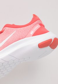 Nike Performance - FLEX EXPERIENCE RN 8 - Trainers - ember glow/white/pink gaze/bleached coral - 5