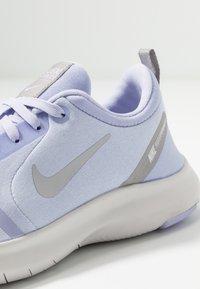 Nike Performance - FLEX EXPERIENCE RN 8 - Chaussures de course neutres - lavender mist/atmosphere grey/purple agate/vast grey - 5