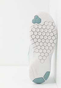 Nike Performance - FLEX EXPERIENCE RN 8 - Minimalistické běžecké boty - ocean cube/cool grey/pure platinum - 4
