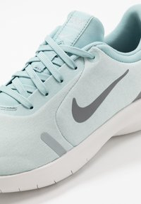 Nike Performance - FLEX EXPERIENCE RN 8 - Minimalistické běžecké boty - ocean cube/cool grey/pure platinum - 5