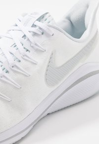 Nike Performance - AIR ZOOM VOMERO  - Obuwie do biegania treningowe - white/metallic silver/aura - 6