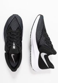 Nike Performance - ZOOM WINFLO - Chaussures de running neutres - black/white/dark grey/metallic platinum - 1