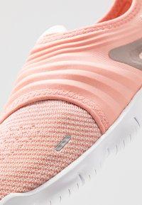 Nike Performance - FREE RN FLYKNIT 3.0 - Loopschoen neutraal - pink quartz/white/echo pink - 5