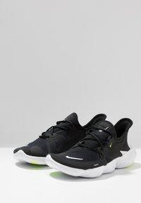 Nike Performance - FREE RN 5.0 - Zapatillas running neutras - black/white/anthracite/volt - 2