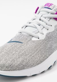 Nike Performance - FLEX TRAINER 9 - Obuwie treningowe - photon dust/valerian blue/vivid purple/light smoke grey/white - 5