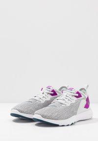 Nike Performance - FLEX TRAINER 9 - Obuwie treningowe - photon dust/valerian blue/vivid purple/light smoke grey/white - 2