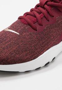 Nike Performance - FLEX - Tenisky - team red/metallic copper/black/white - 5