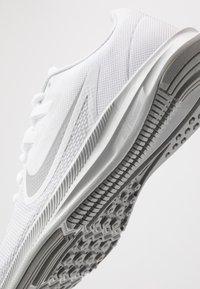 Nike Performance - DOWNSHIFTER  - Juoksukenkä/neutraalit - white/wolf grey/pure platinum - 5