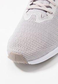 Nike Performance - DOWNSHIFTER  - Obuwie do biegania treningowe - vast grey/rust pink/pumice/white - 5
