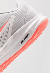 Nike Performance - DOWNSHIFTER  - Neutrala löparskor - vast grey/lava glow/summit white - 5