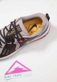 Nike Performance - AIR ZOOM WILDHORSE 5 - Obuwie do biegania Szlak - pumice/university gold/oil grey - 5