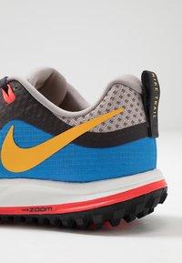 Nike Performance - AIR ZOOM WILDHORSE 5 - Obuwie do biegania Szlak - pumice/university gold/oil grey - 6