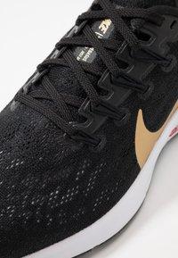 Nike Performance - AIR ZOOM PEGASUS 36 - Løbesko stabilitet - black/metallic gold/university red/white - 5