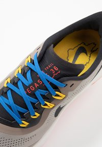 Nike Performance - AIR ZOOM PEGASUS 36 TRAIL - Obuwie do biegania Szlak - pumice/oil grey/pacific blue - 6