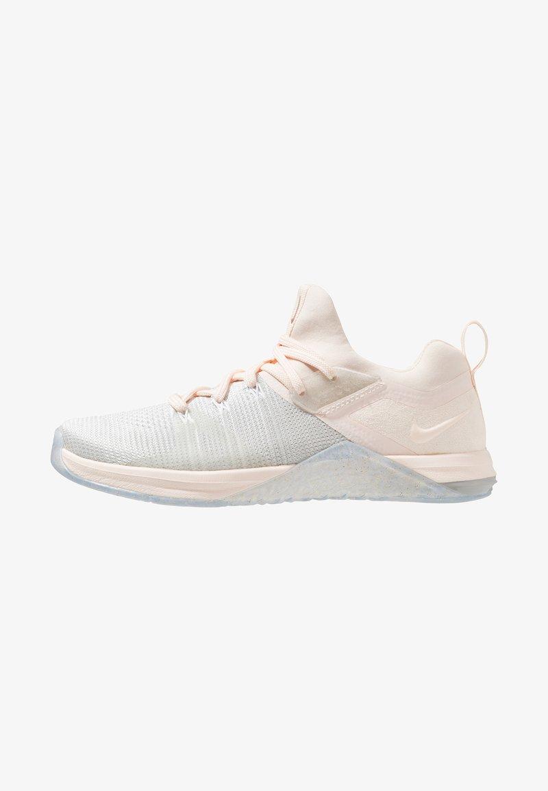 Nike Performance - METCON FLYKNIT 3 - Sportschoenen - matte silver/guava ice/white