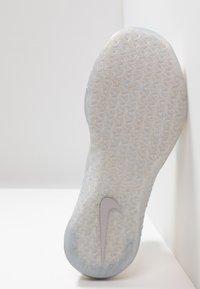 Nike Performance - METCON FLYKNIT 3 - Sportschoenen - matte silver/guava ice/white - 4