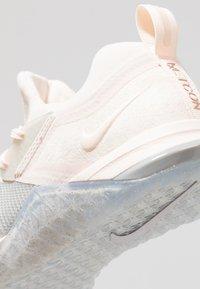 Nike Performance - METCON FLYKNIT 3 - Sportschoenen - matte silver/guava ice/white - 5