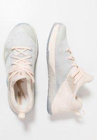 Nike Performance - METCON FLYKNIT 3 - Sportschoenen - matte silver/guava ice/white - 1