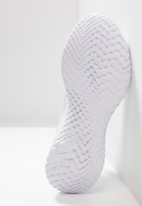 Nike Performance - EPIC PHANTOM REACT - Juoksukenkä/neutraalit - white/pure platinum - 4