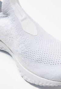 Nike Performance - EPIC PHANTOM REACT - Juoksukenkä/neutraalit - white/pure platinum - 5