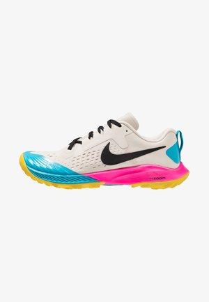 AIR ZOOM TERRA KIGER 5 - Běžecké boty do terénu - light orewood brown/black/pink blast