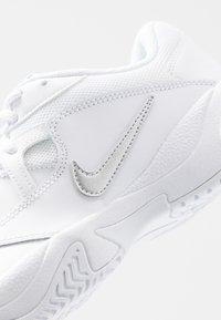 Nike Performance - COURT LITE 2 - Zapatillas de tenis para todas las superficies - white/meallic silver - 5