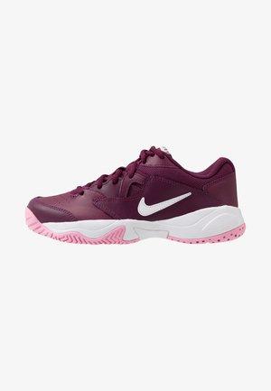 COURT LITE 2 - Multicourt tennis shoes - bordeaux/white/pink rise