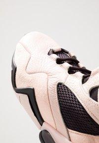 Nike Performance - AIR MAX BOX - Sportschoenen - oil grey/echo pink/anthracite - 5