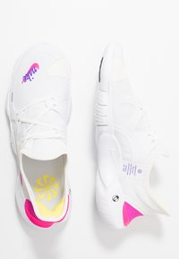 Nike Performance - FREE RN 5.0  - Obuwie do biegania neutralne - white/laser fuchsia/summit white/psychic purple/yellow pulse/black - 1