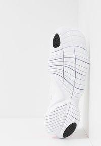 Nike Performance - FREE RN 5.0  - Obuwie do biegania neutralne - white/laser fuchsia/summit white/psychic purple/yellow pulse/black - 4