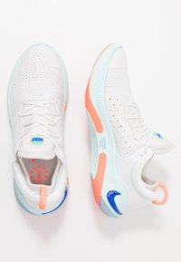 Nike Performance - JOYRIDE RUN - Hardloopschoenen neutraal - white/racer blue/platinum tint/bright mango/aurora green/teal tint - 1