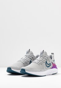 Nike Performance - LEGEND REACT 2 - Neutrální běžecké boty - light smoke grey/valerian blue/vivid purple/white - 2
