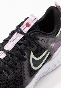 Nike Performance - LEGEND REACT 2 - Zapatillas de running neutras - black/pistachio frost/iced lilac/light violet/noble red - 6