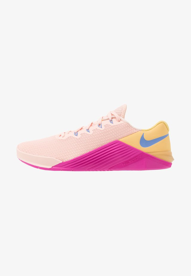 METCON 5 - Scarpe da fitness - washed coral/washed coral/topaz gold/fire pink/royal pulse