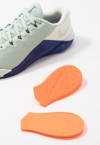 Nike Performance - METCON 5 - Sports shoes - pistachio frost/deep royal blue/spruce aura - 5